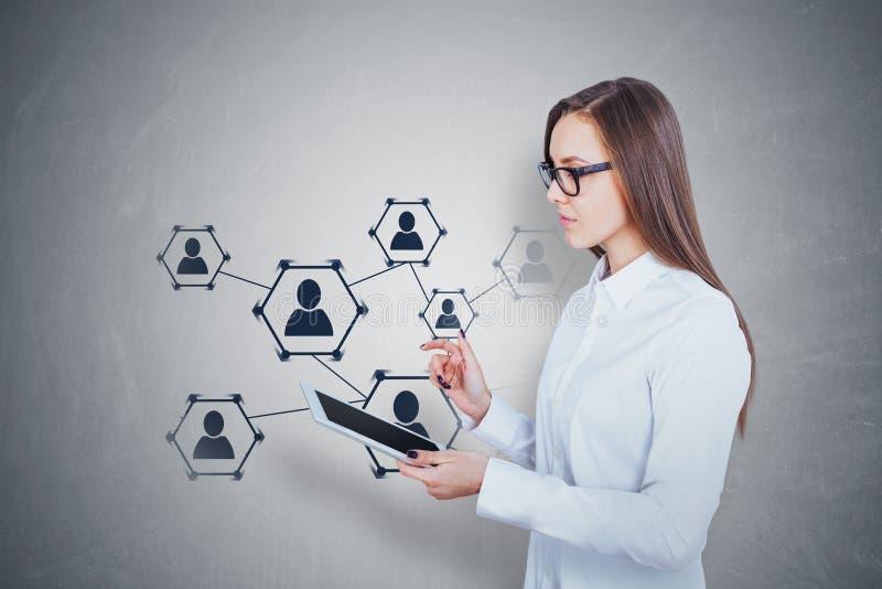 Jovem mulher com tabuleta, meio social imagens de stock