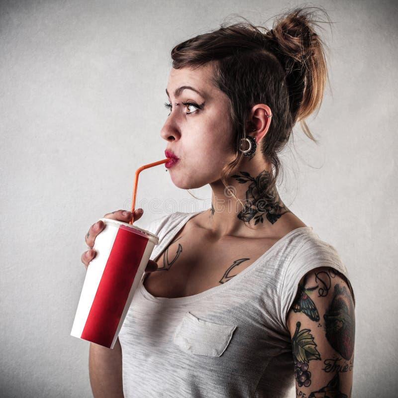 Jovem mulher com tatuagens fotos de stock