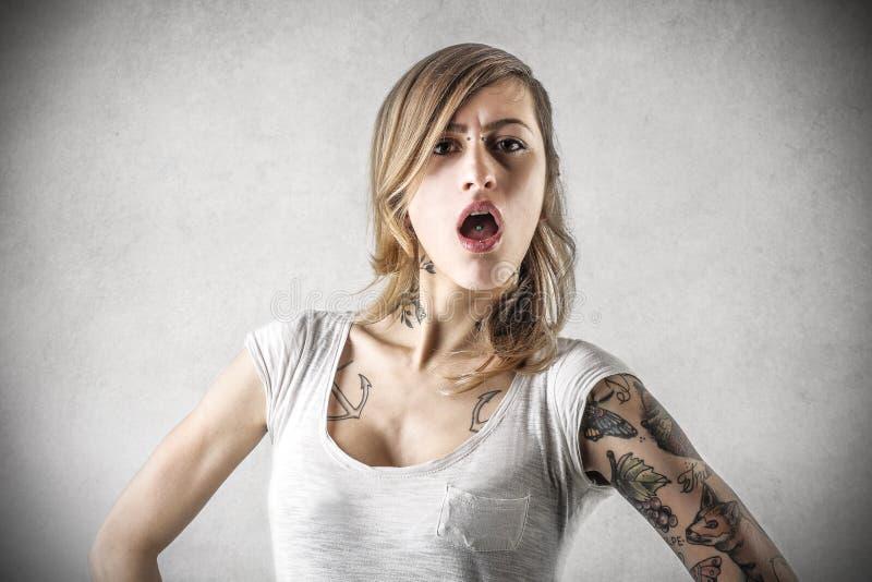 Jovem mulher com tatuagens imagens de stock
