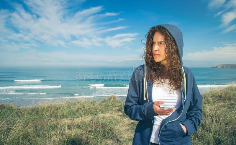 Jovem mulher com terra arrendada do hoodie e do sportswear imagem de stock royalty free