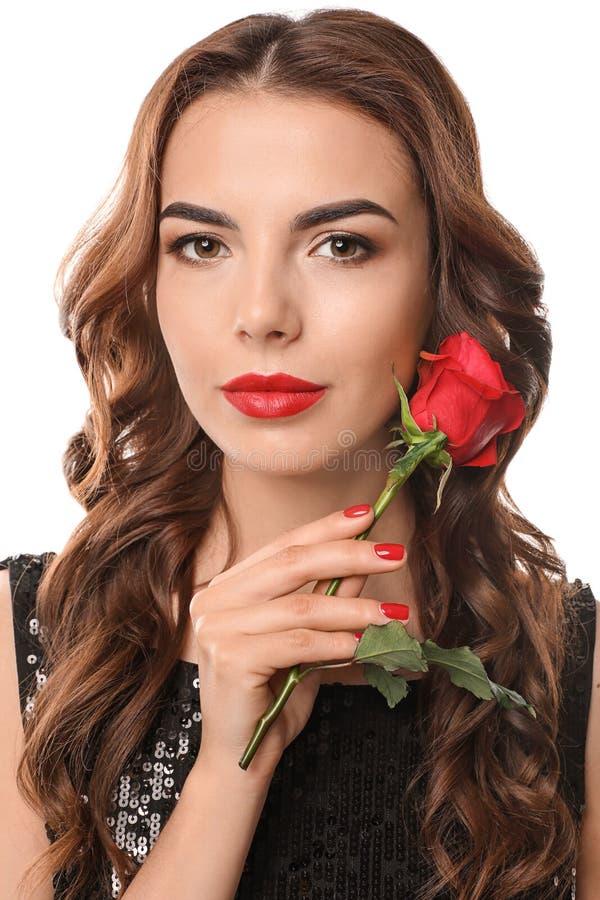Jovem mulher com tratamento de mãos bonito e a rosa vermelha no fundo branco fotos de stock royalty free