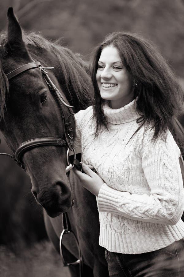 Jovem mulher com um cavalo foto de stock