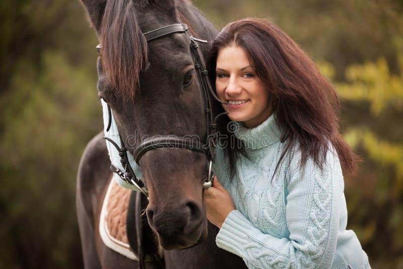 Jovem mulher com um cavalo fotos de stock royalty free