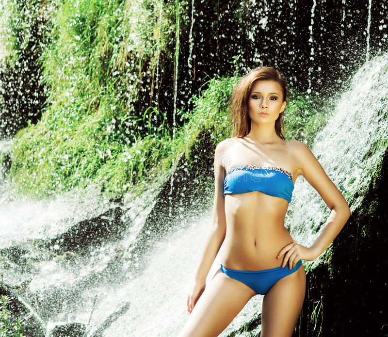 Jovem mulher com um corpo desportivo que levanta em um roupa de banho foto de stock