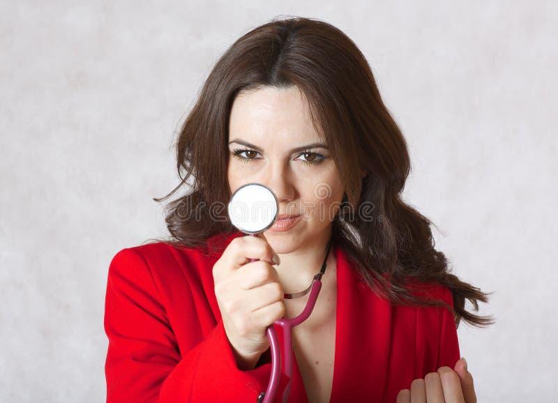 Jovem mulher com um estetoscópio closeup imagem de stock