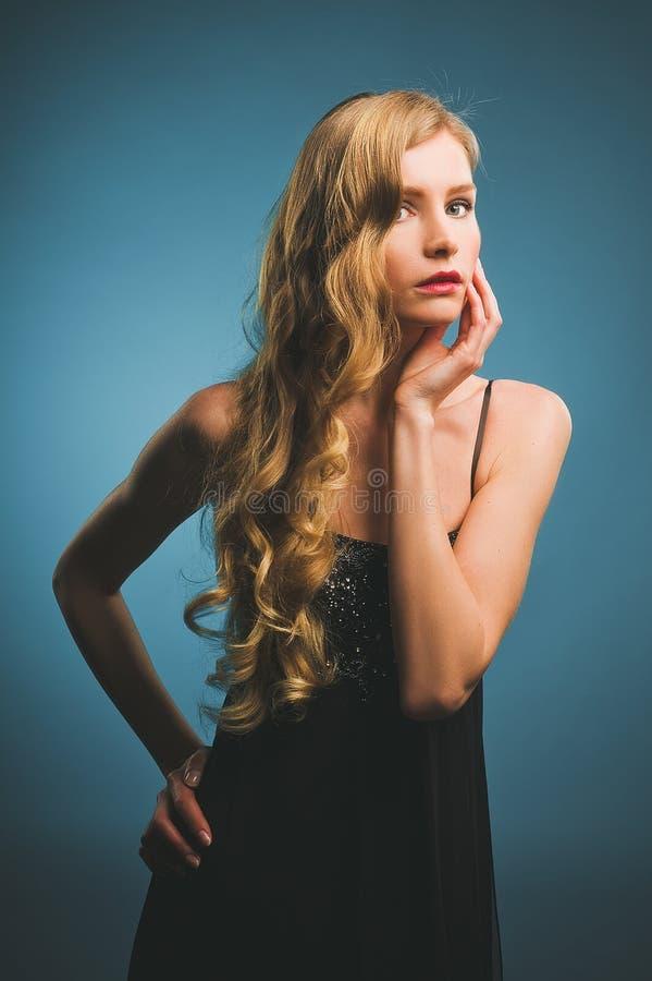 Jovem mulher com um penteado e uma composição retros foto de stock royalty free