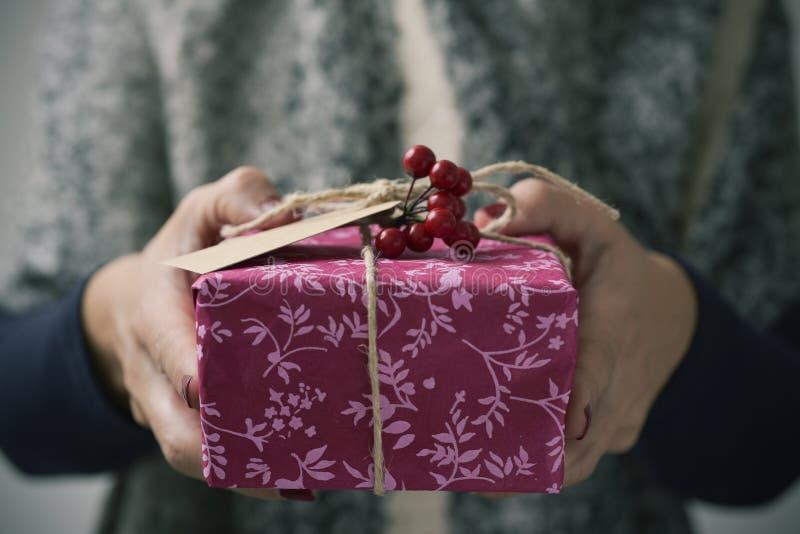 Jovem mulher com um presente do Natal fotografia de stock royalty free
