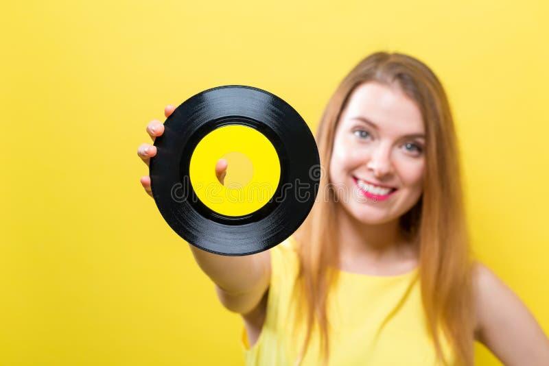 Jovem mulher com um registro de vinil imagem de stock royalty free