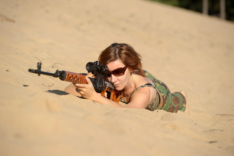 Download Jovem mulher com um rifle foto de stock. Imagem de conflito - 26508792