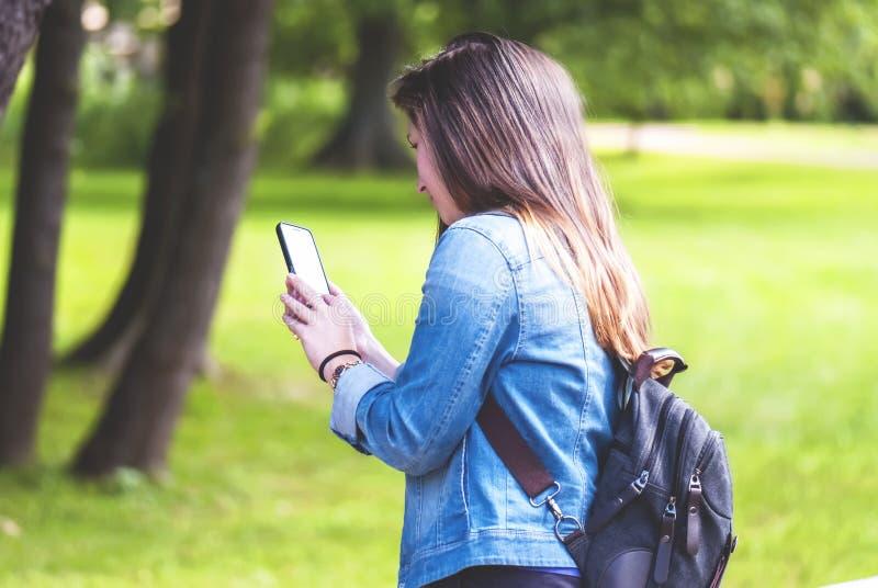 Jovem mulher com um telefone Geração de Smartphone imagem de stock royalty free