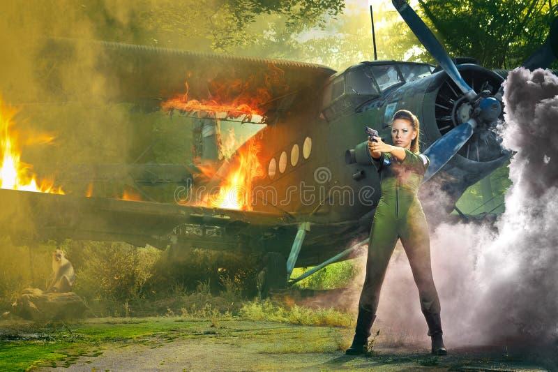 Jovem mulher com uma arma imagens de stock