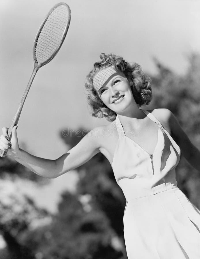 Jovem mulher com uma raquete de badminton (todas as pessoas descritas não são umas vivas mais longo e nenhuma propriedade existe  fotografia de stock