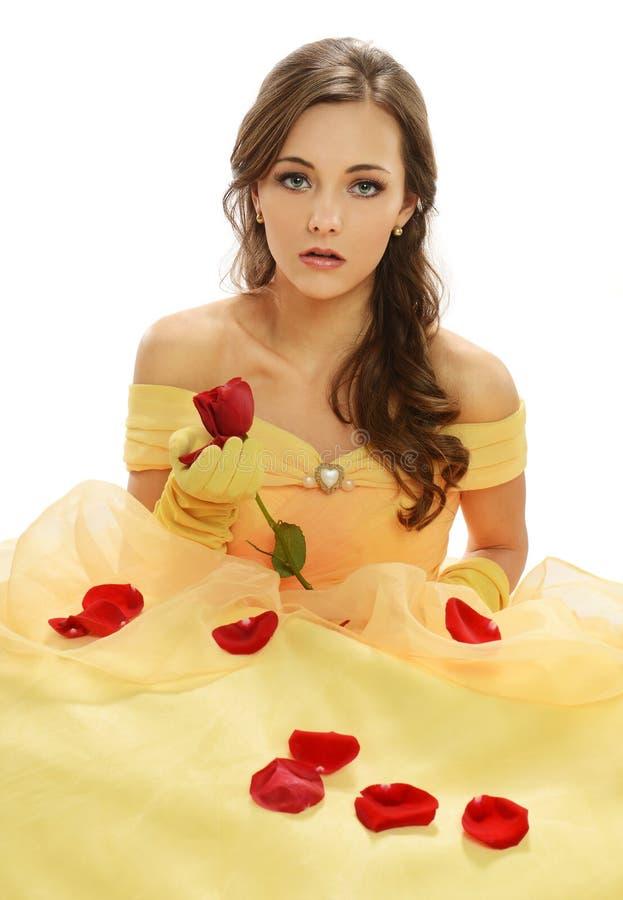 Jovem mulher com vestido amarelo fotos de stock