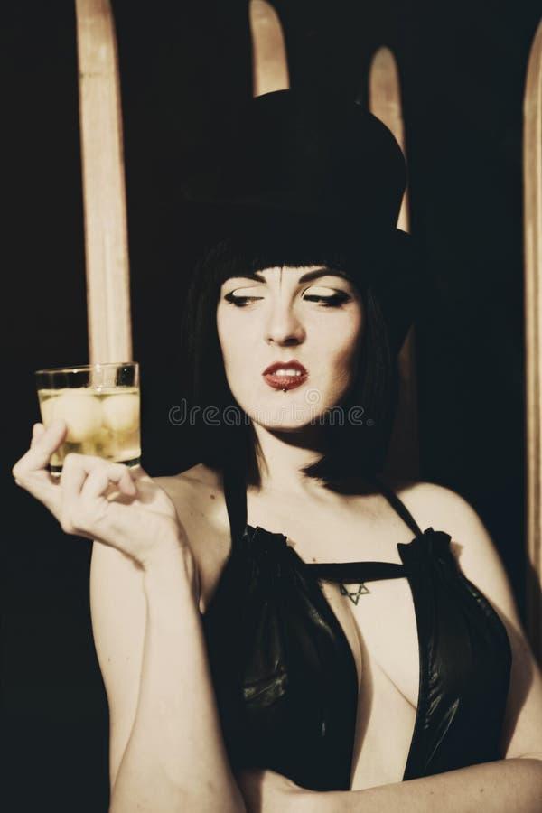 Jovem mulher com vidro do uísque foto de stock