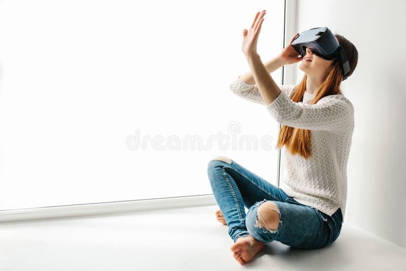 Jovem mulher com vidros da realidade virtual Conceito futuro da tecnologia Tecnologia imagiológica moderna imagens de stock royalty free