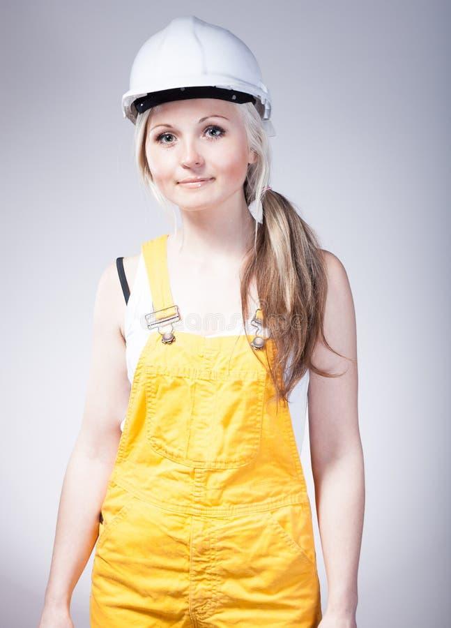 Jovem mulher como um trabalhador da construção imagens de stock royalty free