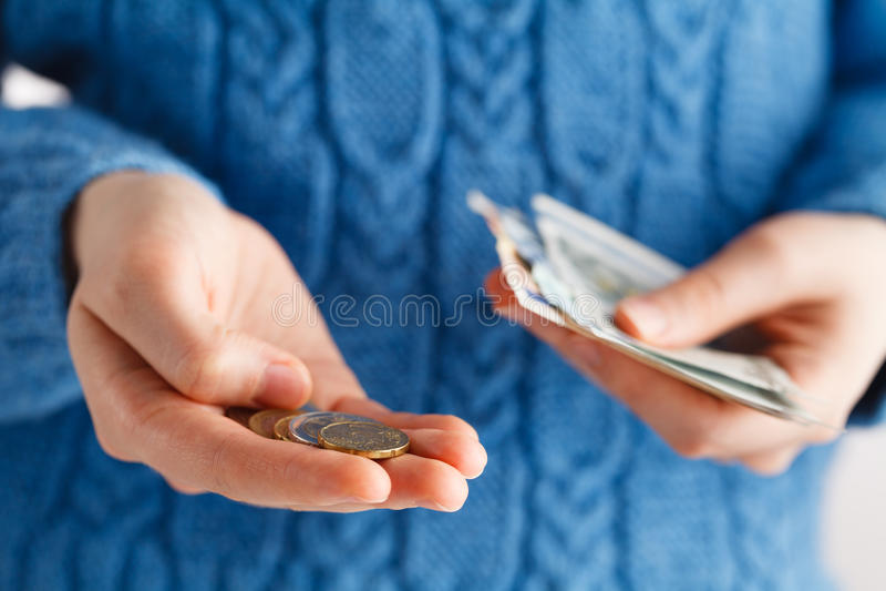 A jovem mulher considera o dinheiro fotos de stock royalty free