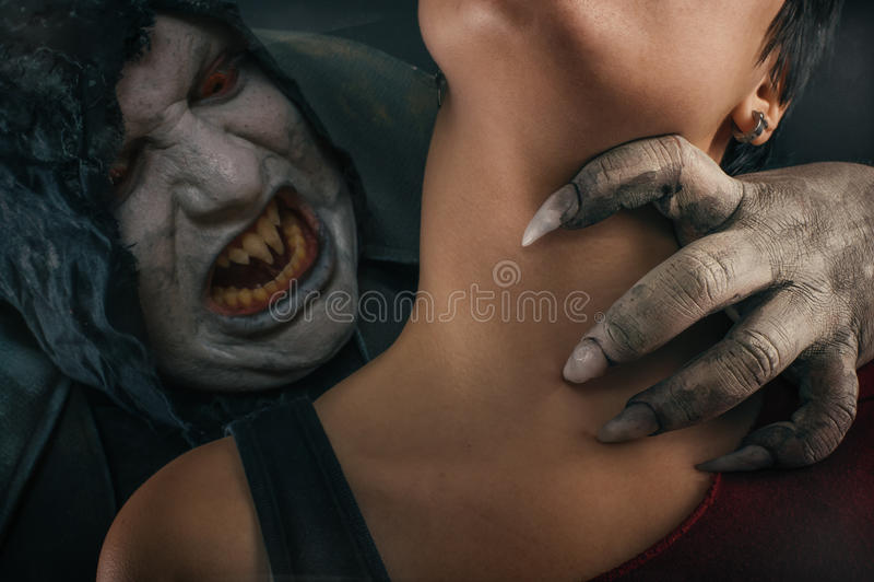Jovem mulher cortante do diabo assustador do vampiro Nightmar gótico medieval foto de stock royalty free