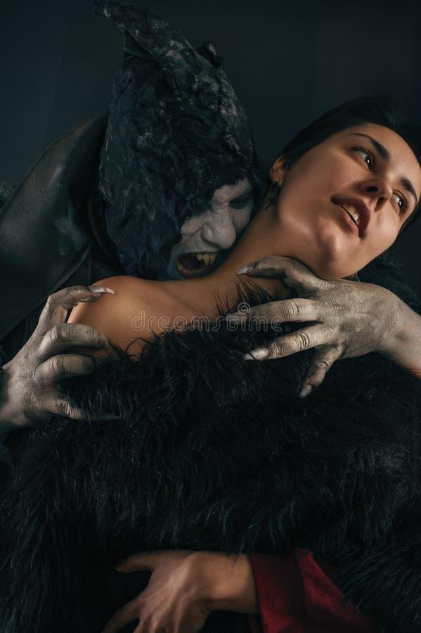 Jovem mulher cortante do diabo assustador do vampiro Nightmar gótico medieval fotos de stock