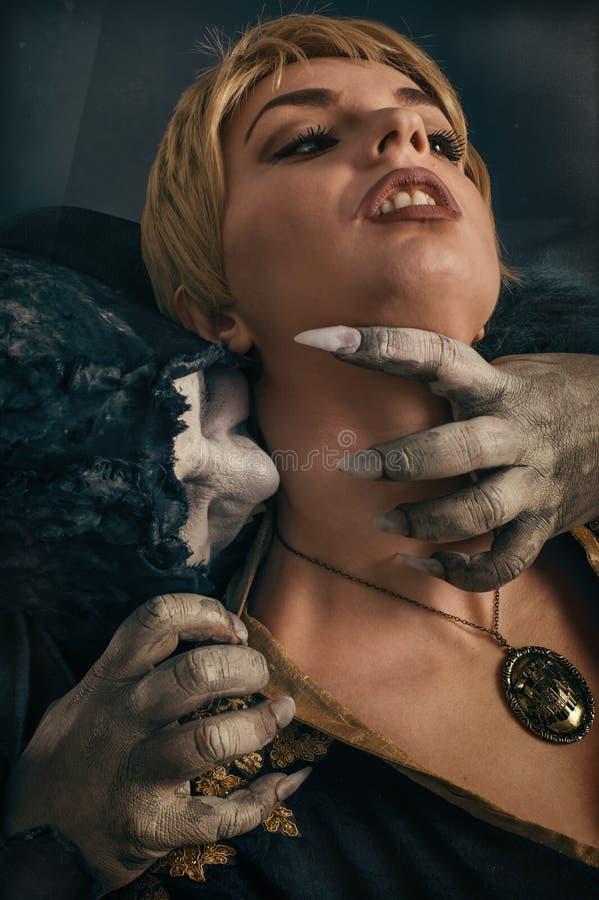 Jovem mulher cortante do diabo assustador do vampiro Nightmar gótico medieval fotos de stock royalty free