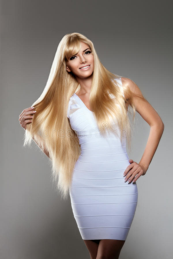 Jovem mulher da beleza, cabelo louro longo luxuoso Corte de cabelo, franja Gir imagens de stock royalty free