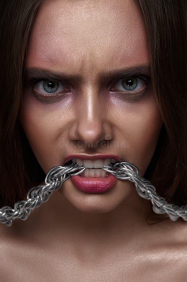 Jovem mulher da beleza da forma com olhar agressivo imagens de stock royalty free