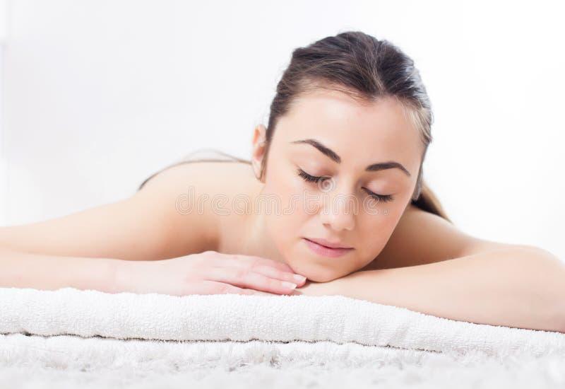 A jovem mulher da beleza relaxa termas de Skincare imagem de stock royalty free