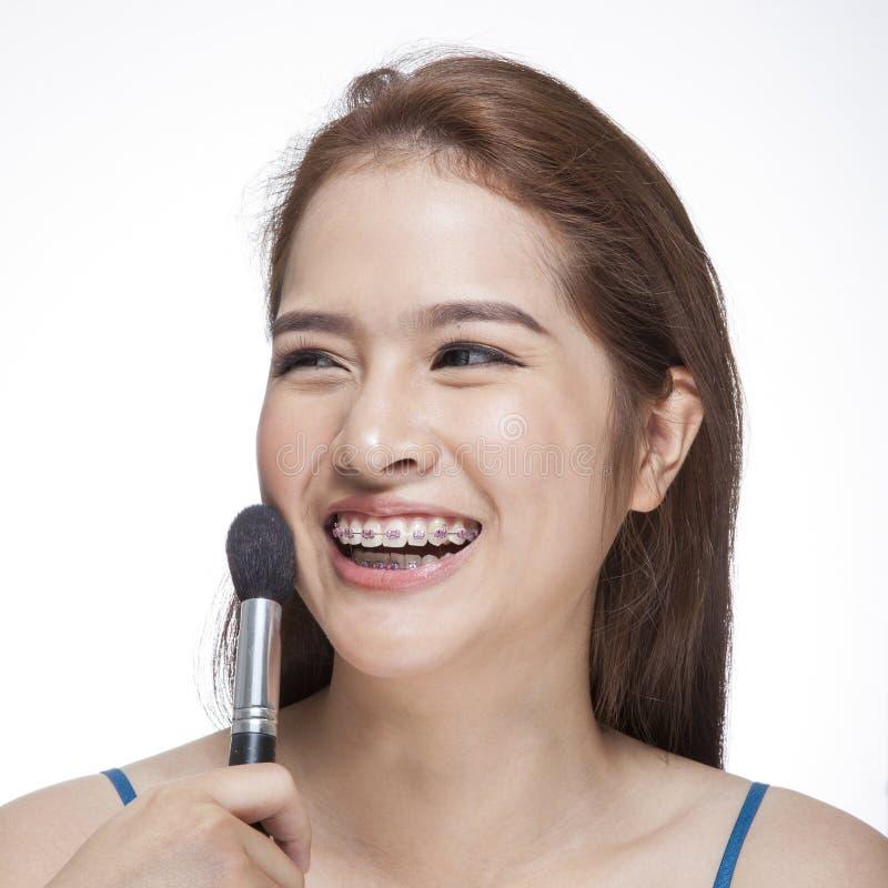 Jovem mulher da beleza seu ruge de aplicação fotos de stock royalty free