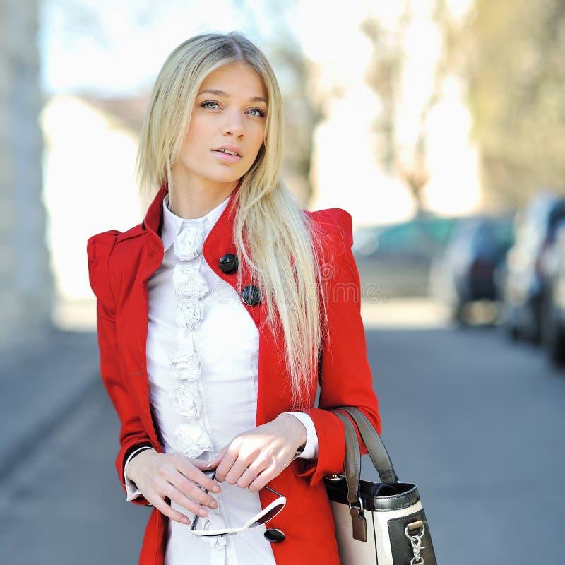 Jovem mulher da forma com bolsa - retrato exterior imagem de stock