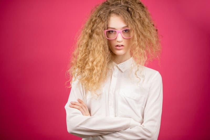 A jovem mulher da forma nos vidros com cabelo precisa um bom pente imagens de stock
