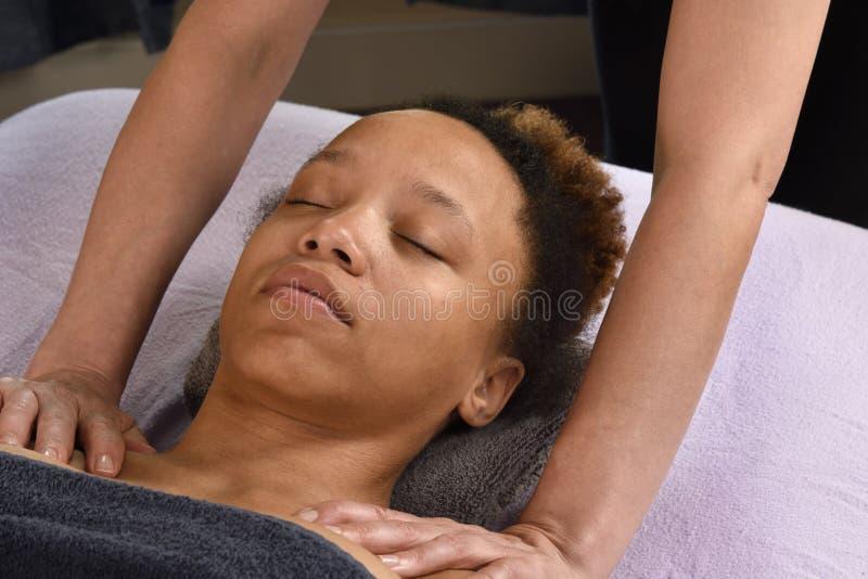 Jovem mulher da massagem do ombro em termas do dia fotos de stock royalty free