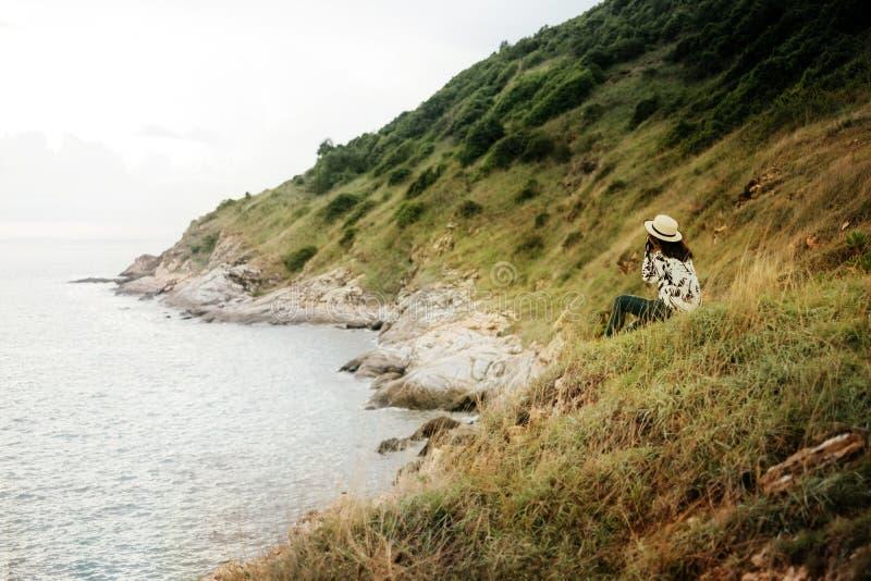 Jovem mulher da opinião da paisagem do cenário no vestido ocasional com sitt do chapéu imagens de stock royalty free