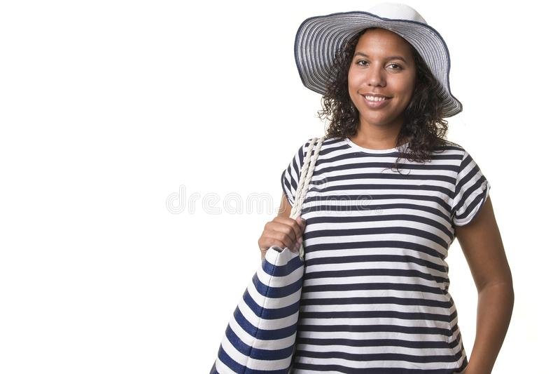 Jovem mulher da raça consideravelmente misturada no verão náutico c da praia listrada imagens de stock royalty free