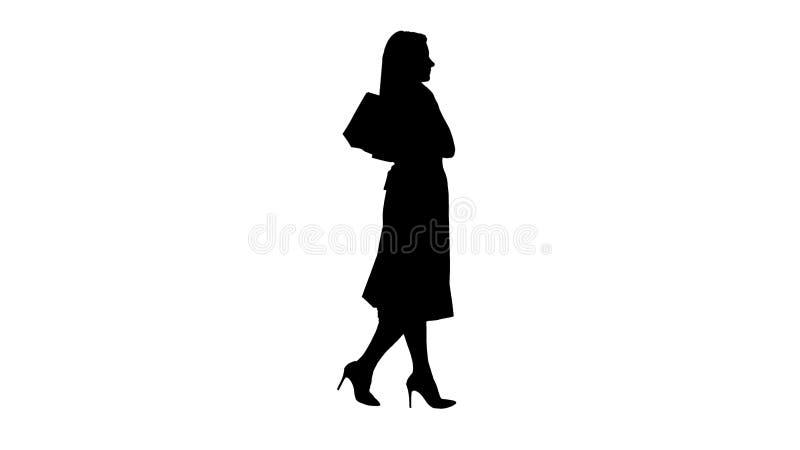 Jovem mulher da silhueta com os sacos de compras que olham a exposição da janela ilustração royalty free