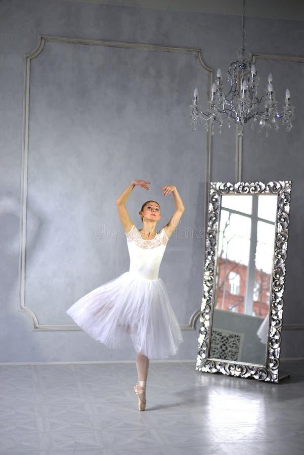 A jovem mulher dança um bailado de solo foto de stock