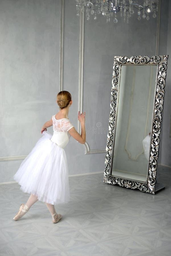 A jovem mulher dança um bailado de solo imagem de stock royalty free