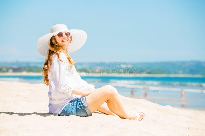 Jovem mulher de Beautifil que encontra-se na praia em ensolarado foto de stock royalty free