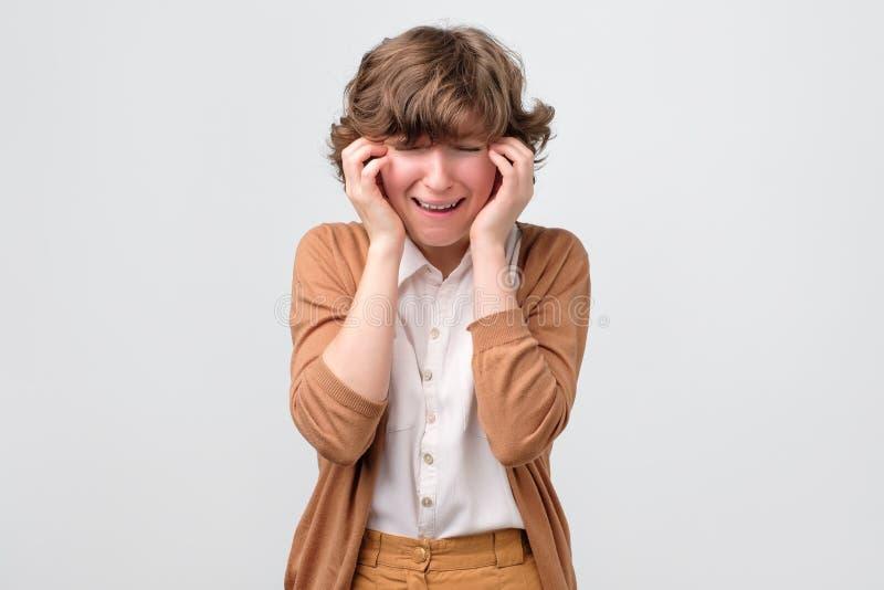 Jovem mulher de grito Displeased que põe a mão sobre a cabeça fotos de stock