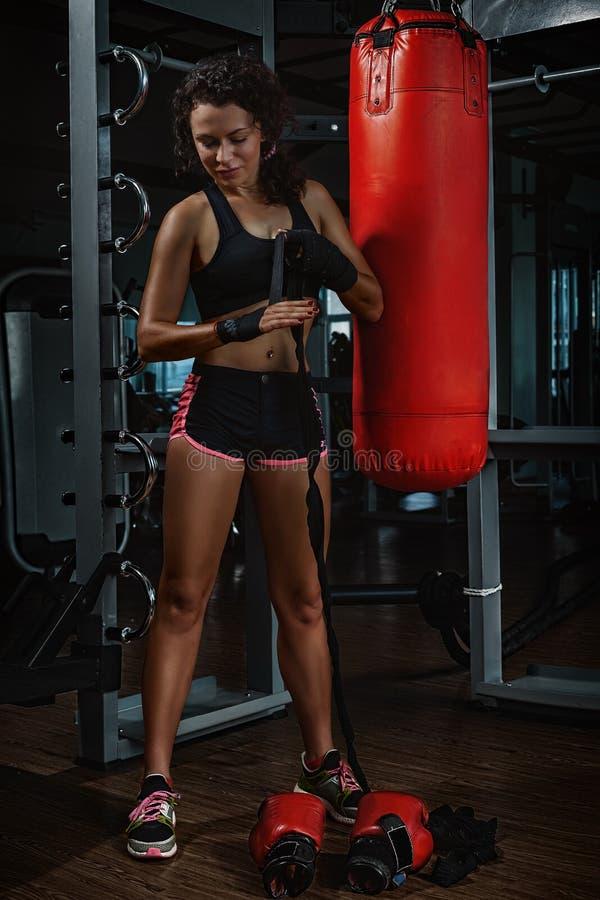 Jovem mulher de Kickboxing fotos de stock
