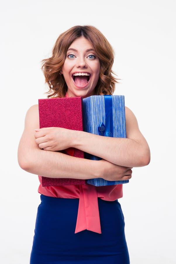 Jovem mulher de riso que abraça o presente fotografia de stock