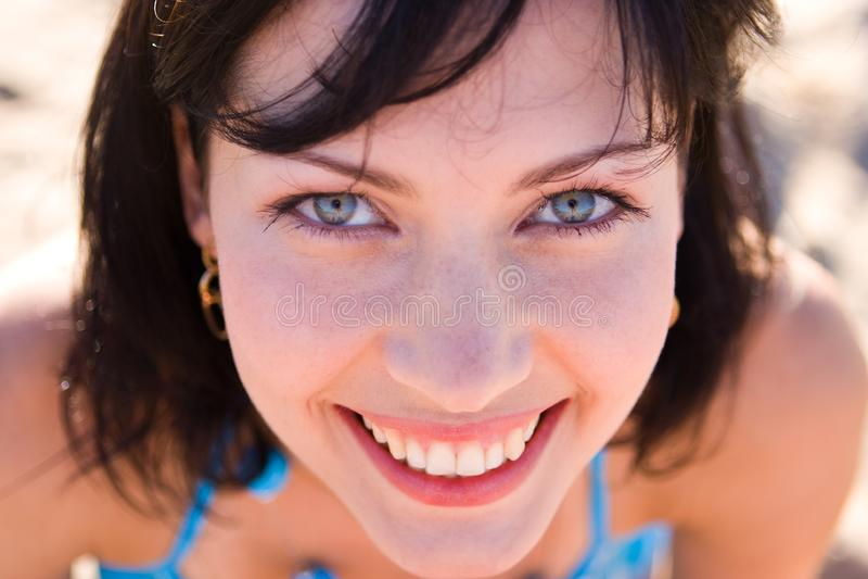 Jovem mulher de sorriso imagem de stock