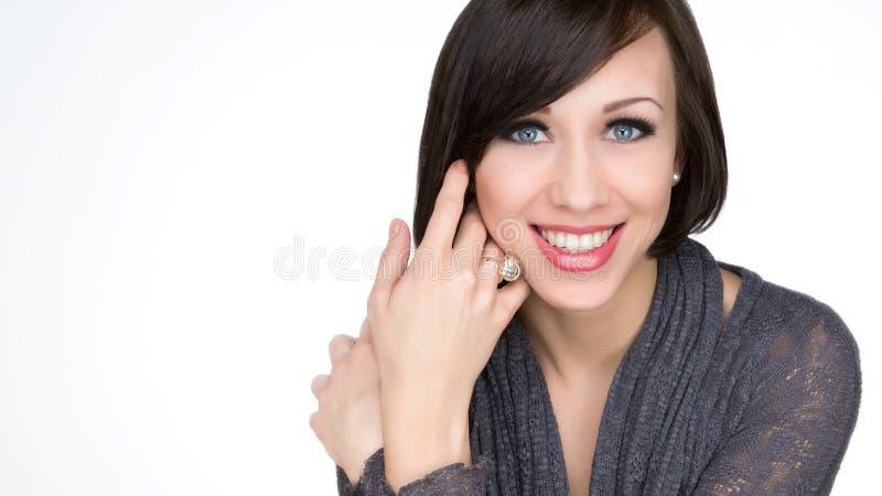 Jovem mulher de sorriso bonita com cara saudável e pele limpa fotografia de stock