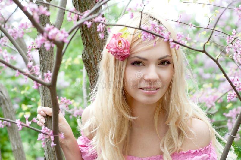 Jovem mulher de sorriso bonito. imagens de stock royalty free