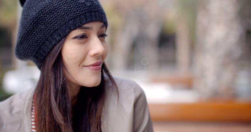 Jovem mulher de sorriso bonito no chapéu feito malha fotografia de stock