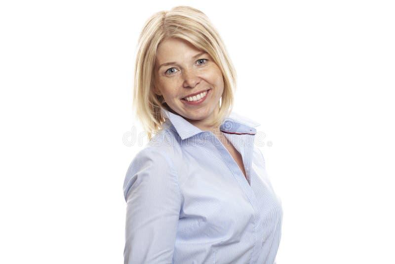 Jovem mulher de sorriso com as sardas em sua cara Vestido na camisa azul, estilo do negócio Isolado em um fundo branco imagem de stock royalty free