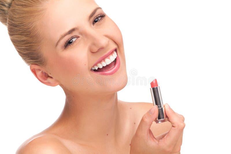 Jovem mulher de sorriso com o batom isolado no branco. fotografia de stock