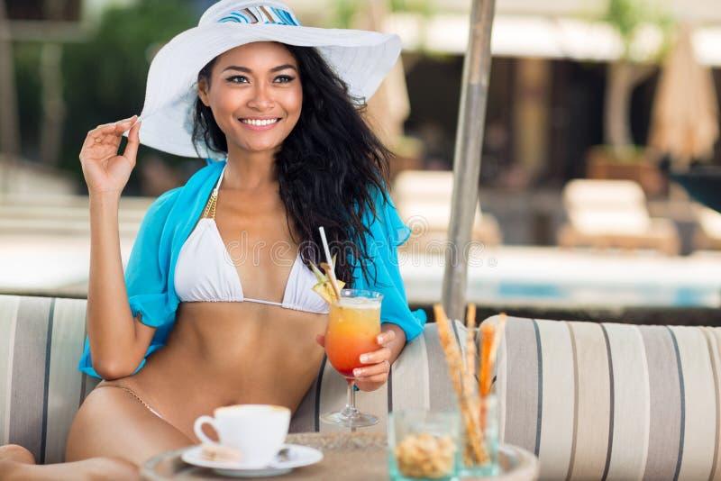 Jovem mulher de sorriso em um chapéu com um cocktail foto de stock