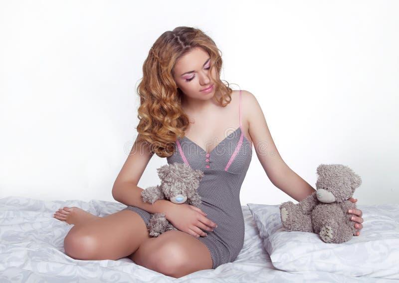 Jovem mulher de sorriso feliz bonita com urso de peluche foto de stock