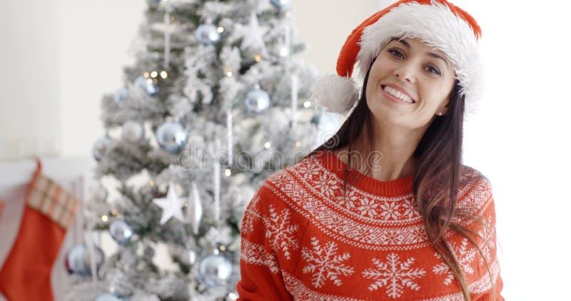 Jovem mulher de sorriso feliz em um chapéu de Santa fotografia de stock royalty free
