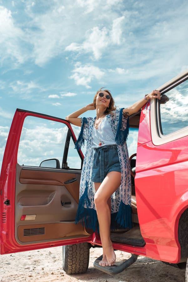 jovem mulher de sorriso na posição dos óculos de sol fotos de stock royalty free